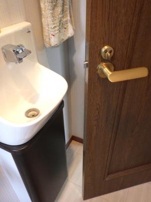 品川区の建具屋太明 施工例,トイレのドア,ドアを外開きに変える,ドアの開く方向を変える